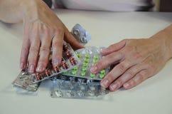 Hand met blaren van pillen stock foto's