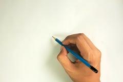 Hand met blauw die potlood wordt op witte achtergrond wordt geïsoleerd geschreven die Stock Foto's