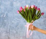 Hand met boeket van tulpen Royalty-vrije Stock Foto