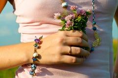 Hand met bos van bloemen Stock Afbeelding