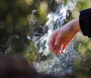 Hand met cigarrete stock foto