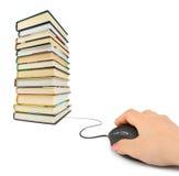 Hand met computermuis en boeken Stock Afbeeldingen