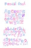 Hand met de brievenopeenvolging die van kleurenpotloden abc wordt getrokken Kapitaal en kleine letters, aantallen en leestekens U Royalty-vrije Stock Foto's
