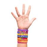 Hand met de kleurrijke rubber geïsoleerde armbanden van het regenboogweefgetouw Royalty-vrije Stock Fotografie
