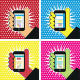 Hand met de mobiele illustratie van het telefoonpop-art sociaal media symbool Royalty-vrije Stock Afbeelding
