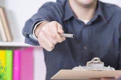 Hand met de pen voor de firma royalty-vrije stock foto's
