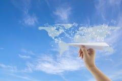 hand met document vliegtuig tegen blauwe hemel met het verzenden van bericht met e-mail Royalty-vrije Stock Afbeelding