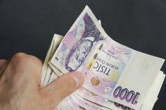 Hand met duizend Tsjechische Kroonnota's Royalty-vrije Stock Foto