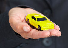 Hand met een gele auto Stock Afbeelding