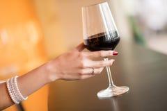 Hand met een glas wijn Stock Fotografie