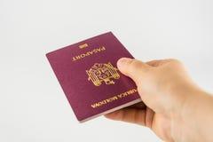 Hand met een paspoort van een burger van Moldavië Royalty-vrije Stock Afbeeldingen