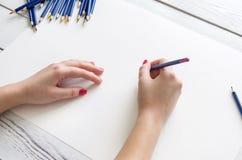 Hand met een potlood Royalty-vrije Stock Foto's