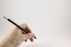 Hand met een potlood op een witte achtergrond Stock Foto