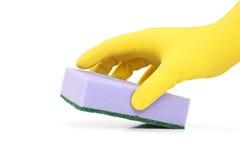 Hand met een rubberhandschoen die een spons houden royalty-vrije stock afbeelding