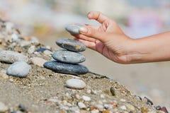 Hand met een steen Stock Foto