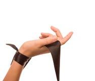 Hand met een zwarte zijdeband op een witte achtergrond. Stock Foto's