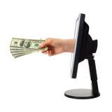 Hand met geld en computermonitor Stock Fotografie