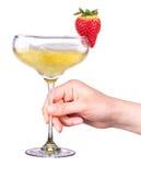 Hand met glas van champagne en aardbei Stock Fotografie