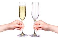 Hand met glazen champagne op een wit wordt geïsoleerd dat Stock Fotografie