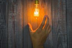 Hand met Gloeiende bol op het hout Royalty-vrije Stock Afbeeldingen