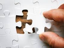 Hand met het missen van puzzelstuk Bedrijfsconceptenbeeld voor de voltooiing van het definitieve raadselstuk royalty-vrije stock foto's