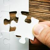 Hand met het missen van puzzelstuk Bedrijfsconceptenbeeld voor de voltooiing van het definitieve raadselstuk stock afbeelding