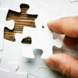 Hand met het missen van puzzelstuk Bedrijfsconceptenbeeld voor de voltooiing van het definitieve raadselstuk royalty-vrije stock afbeelding