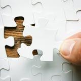 Hand met het missen van puzzelstuk Bedrijfsconceptenbeeld voor de voltooiing van het definitieve raadselstuk stock foto's