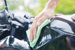 Hand met het schoonmaken van motorfiets Stock Foto
