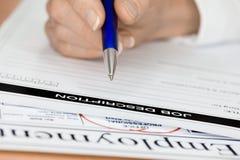 Hand met het Schrijven van de Pen de Beschrijving van de Baan van de Werknemer Royalty-vrije Stock Afbeelding