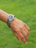 Hand met horloge Stock Foto's