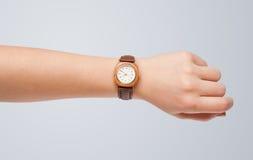 Hand met horloge die nauwkeurige tijd tonen Royalty-vrije Stock Afbeeldingen