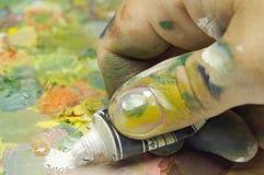 Hand met kleurstofbuis Royalty-vrije Stock Foto's