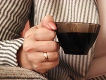 Hand met kop van koffie Stock Afbeeldingen