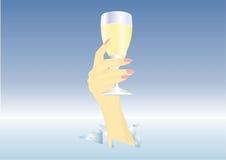 Hand met lang wijnglas wijn Stock Foto's