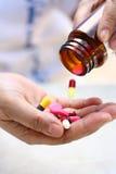 Hand met medische pillen stock afbeeldingen