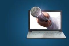 Hand met microfoon voor gesprekken stock afbeeldingen