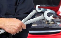 Hand met moersleutel. Autowerktuigkundige. Stock Foto
