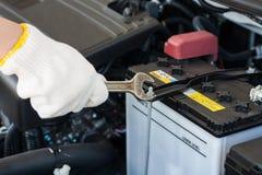 Hand met moersleutel die motor van een auto herstellen Royalty-vrije Stock Afbeelding