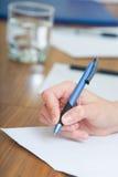 Hand met pen royalty-vrije stock afbeeldingen