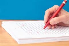 Hand met Pen die een Manuscript corrigeert Stock Foto
