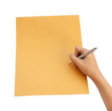 Hand met pen die op de envelop schrijven Stock Foto's
