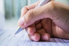 Hand met pen over aanvraagformulier Royalty-vrije Stock Foto's