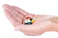 Hand met pillen Stock Foto's