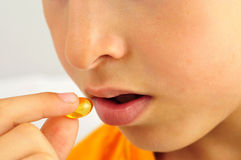 Hand met pillen om geneeskunde te gebruiken Royalty-vrije Stock Afbeeldingen