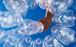 Hand met plastic waterfles voor recycling Stock Afbeeldingen