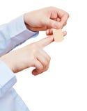 Hand met pleister op wond Stock Foto