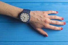 Hand met polshorloge Stock Fotografie