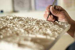 Hand met Precisieblad die een 3D Model van de Pleisterkaart in orde maken Stock Fotografie