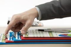 Hand met rapport en boekhoudingszaken. stock foto